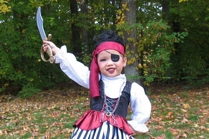 2011 10 31 Pirate Girl Outside (2) 4x6 upclose