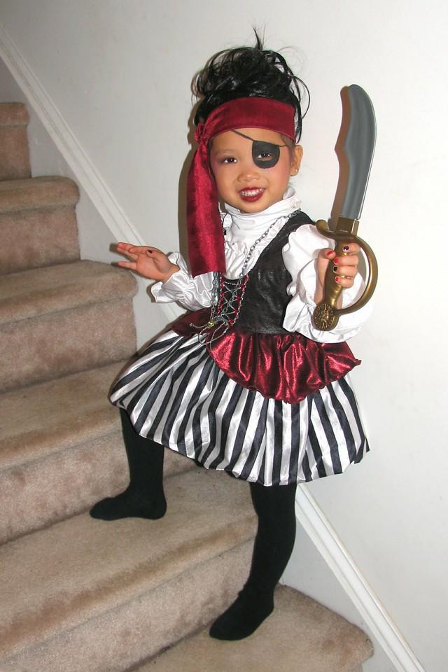 2011 10 31 Pirate Girl (3) 4x6